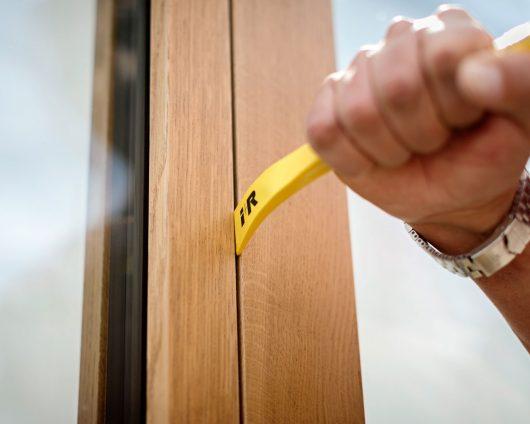 Hand-hantiert-mit-Geissfuss-an-Sicherheitsfenster