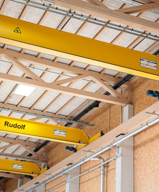 Die-drei-Laufkräne-der-Produktionshalle-i+R-Holzbau
