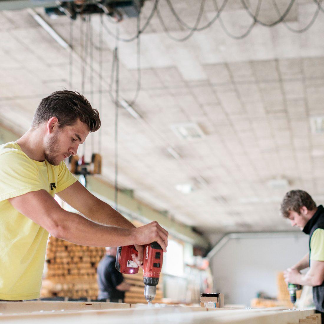 Arbeiter-von-i+R-bei-der-Fensterproduktion